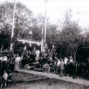 Slavolok ob začetku vasi leta 1924 in dovozzvonov