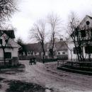 Barobova in Hrastarjeva hiša v ozadju na levi Mešetova in za znamenjem