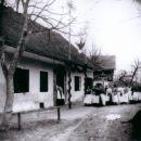 Vhod gojenk gospodinjskega tečaja v Jerasovo hišo