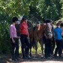 Igre na konjih...punce čakajo na nastop
