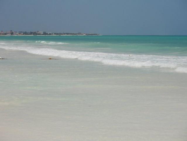 Pesek je tako droben, da lahko tečeš po plaži enako udobno kot po perzijski preprogi