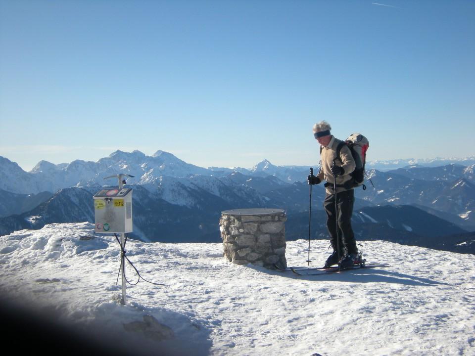 Smučar na Kordeževi glavi, v panorami Savinjskih Alp in Storžiča