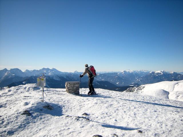 Smučar na Kordeževi glavi, v panorami Savinjskih Alp, Košute in Obirja