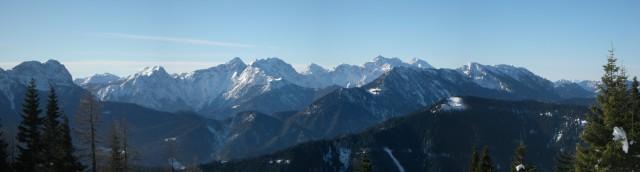 Panoramski pogled iz sedla med Malo Peco in  Kordeževo glavo na Savinjske Alpe