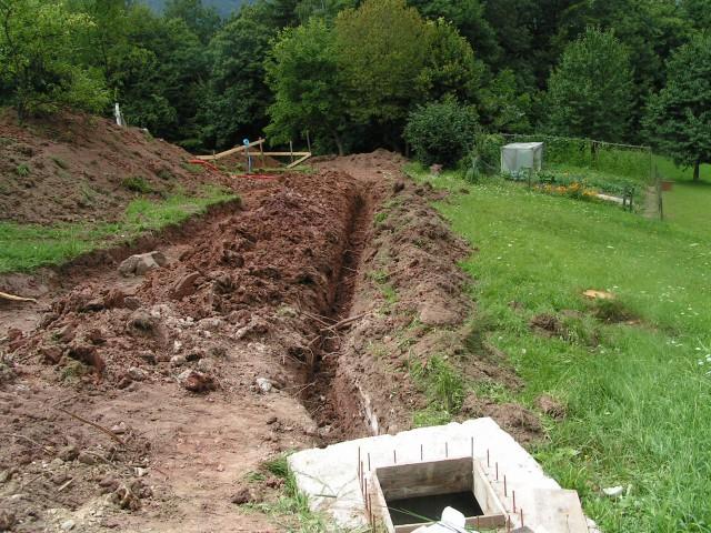 Izkop priključka vode do bodoče hiške