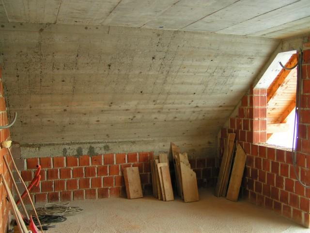 Soba v mansardi,kjerbi morali biti dve sobi a jih ne bom pregradil
