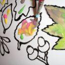 nato pobarvamo. Če želimo, da se barve prelivajo, kapnemo na motiv različne barve in razma