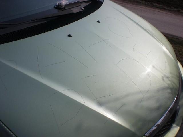 Kaj se zgodi z avtom. če ga parkiraš na ulici - foto