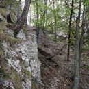 pod steno in čez kratko melišče navzgor na rob