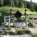znamenje na Prevali - zadaj začetek poti čez Kalvarijo