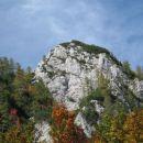 kmalu nad planino steza pripelje do manjše čistine, kjer je desno zgoraj že viden zgornji