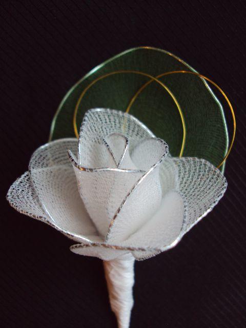 Naprsni šopek z belo vrtnico in prstani - foto
