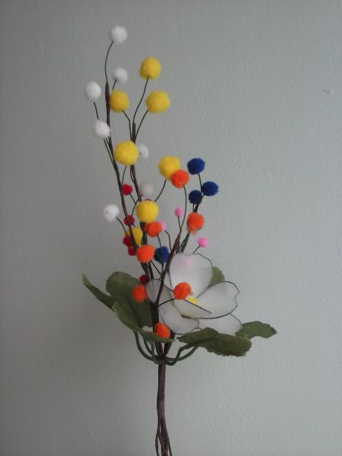 Nova rožica z barvnimi vejicami - foto