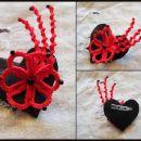 Broška, cvetlica iz čipk na usnjenem srčku