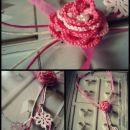Belo rožnata ogrlica z vrtnico iz čipke