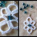 Beli uhančki z romboidno azurno perlico