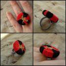 Prstan iz plutovinastega zamaška, okrašen s kontrastno živo rdečo/črno nitjo