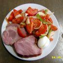 šink, jajce, pradižnikova solata z papriko in čebulo