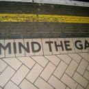 podzemna, mind the gap, nonstop muvi tou z zvočnikov, lejko se ti zmeša