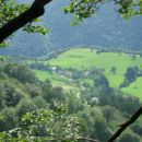 pogled iz gozda na vas Čadrg