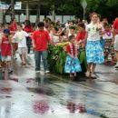 Parada narodov se vedno začne s havajskimi otroci, ki mečejo cvete orhidej in bombone