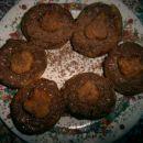 kvašeni čolnički, polnjeni z čokoladno lešnikovo kremo in posuti z naribano čokolado