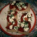 hrustljave ploščice obložene s paradižnikom, feta sirom in posute z drobnjakom (291kcal)