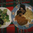 pečen piščančji file, dušeno zelje, kuhan krompir; solata