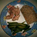 tunina, narezane kumarice, polnozrnat kruh