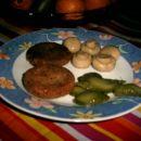 žitni polpeti, šampinjoni in narezane kumarice
