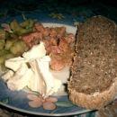 ječmenov kruh, kumarica v solati, tunina, feta sir