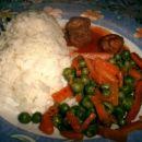 dušen riž +grah in korenje, mesne kroglice v paradižnikovi omaki