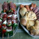 pripravljeno za mesni žar Piščanec v karijevi marinadi, svinjski zrezki z gorčico, lahke