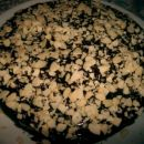 Biskvit z češnjevim džemom in jedilno čokolado, posut z nalistanimi mandlji