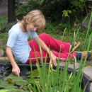 Hčerka Maja ob ribniku