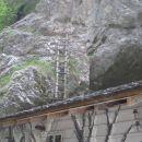 Pod skalami so bile barake-bolnišnica