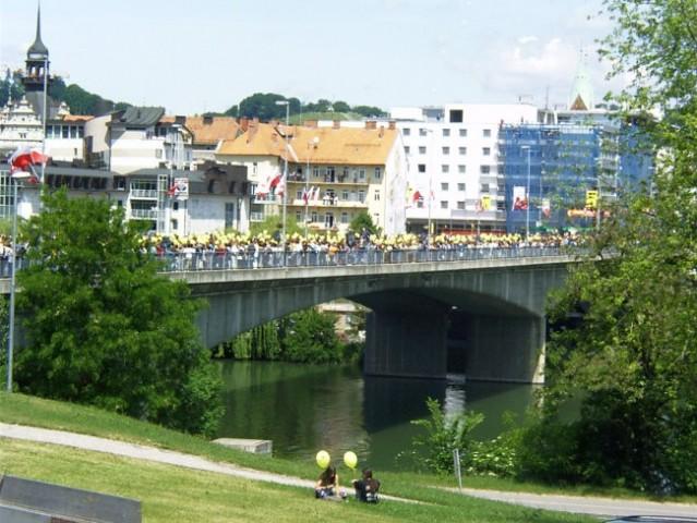 Maturanti plešejo na Titovem mostu v MB - foto