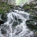 Med prečkanjem slapu se nam z njegove sredine ponuja prav lep pogled na padajočo vodo.