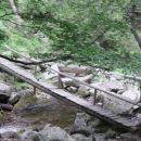 Pot proti Velikemu Šumiku vodi čez ta most prek Lobnice nad Malim Šumikom.