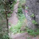 In že smo nad prvim slapom. Te stopnice nas namreč pripeljejo neposredno nad Mali Šumik.