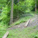 Za nekaj časa se pot tudi nekoliko bolj odmakne od Lobnice, saj soteska postane preozka in