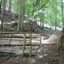 Tu se ozremo nazaj na mesto, kjer se markirana pot in naša ob zunanji strani ograde združi
