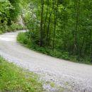 Kmalu se povzpnemo na makadamsko cesto, po kateri se nadaljuje markirana pot proti Kleku i