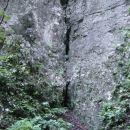 Stranska soteska se z več deset metrov visokimi stenami konča že takoj za ovinkom, ki nam
