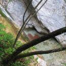 Pogled s pobočja na tolmun pod slapom
