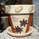 servetna tehnika na glinenem lončku, podlaga akrilna barva, potem servetek in čez še lak.