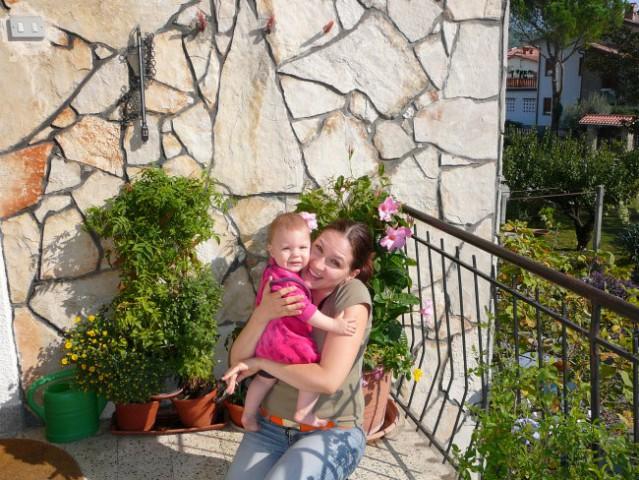 Elin in mamica oktobla 2006 (pleizkusamo fotkic k ga je mama dobila za lojstni dan)