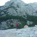 Fabio na melišču pred skalo v velikosti avtomobila. Avtobus sva srečala 100 metrov višje.