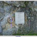 Spominska plošča pred kaverno pod Mrzlim vrhom