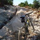 Malo pod vrhom in pred začetkom ,nošenja kolesa
